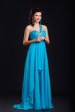 Ультрамодная молодая женщина в ультрамодный голубой усмехаться платья Стоковая Фотография RF