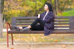 Ультрамодная молодая женщина ослабляя на стенде стоковые фотографии rf