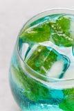 Ультрамодное голубое вино moscato в стекле, который служат с кубами льда мяты, вертикаль, крупный план Стоковое Изображение RF