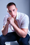 Ультрамодный европейский человек одетьнный в рубашке Стоковые Фото