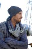 Ультрамодный молодой человек в шлеме и шарфе Стоковые Фото