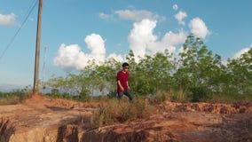 Ультрамодный парень идя на холм с взглядом перспективы сток-видео