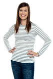 Ультрамодная женщина представляя с руками на ее шкафуте Стоковые Изображения