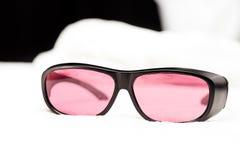 УЛЬТРАФИОЛЕТОВЫЕ защитные стекла для заботы кожи лазера Стоковая Фотография
