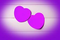 2 ультрафиолетов бумажных сердца на striped предпосылке Стоковые Изображения RF