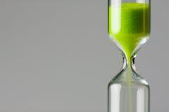 умаляя стеклянный зеленый песок часа Стоковая Фотография RF