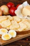 Умасленный хлеб с кусками ароматичных сыра и перца Стоковые Изображения RF