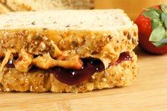 умаслите сандвич арахиса путя студня клиппирования изолированный изображением Стоковые Фотографии RF