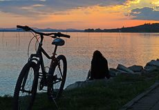 Умбрия, Италия, ландшафт озера Trasimeno на заходе солнца стоковое изображение rf