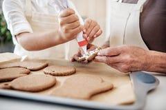 Умелая внучка и бабушка делая печенье рождества Стоковое Изображение