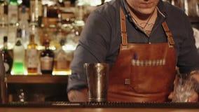 Умелый бармен делает сладостный коктеиль сток-видео