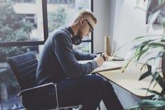 Умелый дизайнерский кавказский человек рисуя абстрактный эскиз с ручкой Процесс произведения искусства Творческое хобби Замечать  Стоковое фото RF