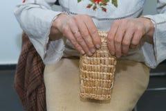 Умелый художник женщины заплетает сумку соломы, традиционное искусство ремесла, экологический материал, ткань стоковые фотографии rf
