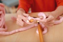 Умелый needlewoman вязать славный розовый пуловер Стоковое Изображение RF