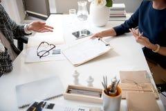 2 умелых женщины работают в офисе Стоковая Фотография