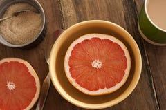 Уменьшанный вдвое свежий грейпфрут, который служат для завтрака стоковые изображения rf