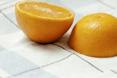 Уменьшанный вдвое апельсин на яркой предпосылке Стоковое фото RF