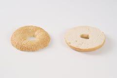 Уменьшанный вдвое бейгл с семенами сезама Стоковое Изображение RF