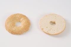 Уменьшанный вдвое бейгл с семенами сезама Стоковое фото RF