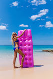 Уменьшите белокурую женщину с пляжем тропика тюфяка воздуха стоковая фотография