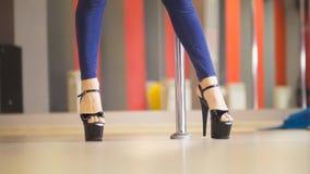 Уменьшите женские ноги в ботинках высоко-накрененных чернотой танцуя на танце поляка стоковая фотография