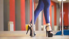 Уменьшите женские ноги в ботинках высоко-накрененных чернотой танцуя на танце поляка стоковое фото