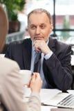 Умелые деловые партнеры обсуждают проект в кафе Стоковые Фото