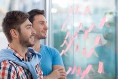 Умелые 2 коллеги обсуждают новый проект Стоковое Изображение
