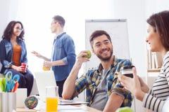 Умелые 4 коллеги отдыхают в офисе Стоковая Фотография