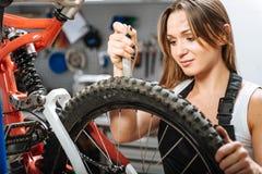 Умелый женский техник работая в ремонтной мастерской Стоковые Изображения RF