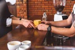 Умелый клиент сервировки бармена в кофейне стоковые изображения rf