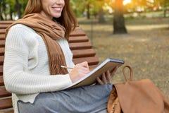 Умелый чертеж девушки в парке Стоковые Фотографии RF