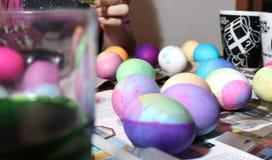 Умирая пасхальные яйца на кухонном столе стоковые фото