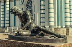 Умирая статуя Галлии в парке Катрина в Tsarskoye Selo Стоковое фото RF