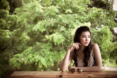 Умная азиатская девушка думая что-то Стоковые Фотографии RF