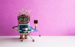 Умная домашняя концепция Военнослужащий робота утюжа черные брюки с утюгом на доске Интерьер комнаты пола розовой стены серый стоковая фотография rf