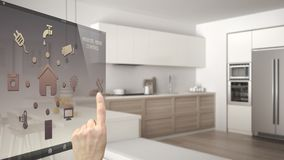Умная домашняя концепция управления, рука контролируя цифровой интерфейс от передвижного app Запачканная предпосылка показывая со стоковое фото