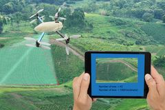 Умная концепция сельского хозяйства, польза трутня технология в острословии земледелия стоковые фотографии rf