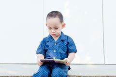 Умная тайская книга чтения ребёнка путем сидеть самостоятельно Стоковое фото RF