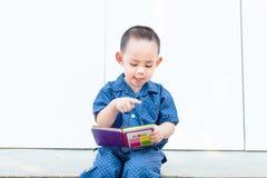 Умная тайская книга чтения ребёнка путем сидеть самостоятельно Стоковое Фото