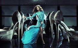 Умная тонкая дама среди ботинок высоко-пятки Стоковое Изображение RF