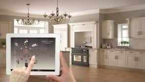 Умная удаленная домашняя система управления на цифровой таблетке Прибор с значками app Интерьер классической белой и деревянной к стоковые фотографии rf