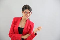 Умная усмехаясь молодая женщина с красной курткой Стоковая Фотография RF