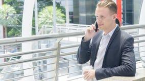 Умное владение бизнесмена smartphone и беседа Стоковые Фото