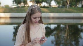 Умное послание телефона Женщина используя клетчатое мобильное устройство для работы концепции сток-видео