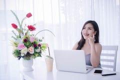 Умное ` s девушки используя компьтер-книжку и счастливое время на работе, улыбке и lau Стоковые Фото