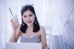 Умное ` s девушки используя компьтер-книжку и счастливое время на работе, улыбке и lau Стоковое Изображение RF