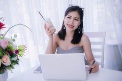 Умное ` s девушки используя компьтер-книжку и счастливое время на работе, улыбке и lau Стоковое Изображение
