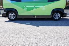 Умные автономные шина/автомобиль на автобусной остановке стоковая фотография rf