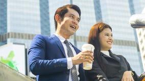 Умные азиатские бизнесмены беседа и утеха работника человека и женщины к Стоковые Изображения RF